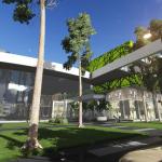 Edificio comercial con textura con motivos vegetales